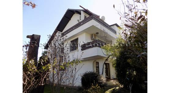 Хубава, функционална 3-етажна къща с чудесна градина. 350 м. до морето гр. Черноморец.