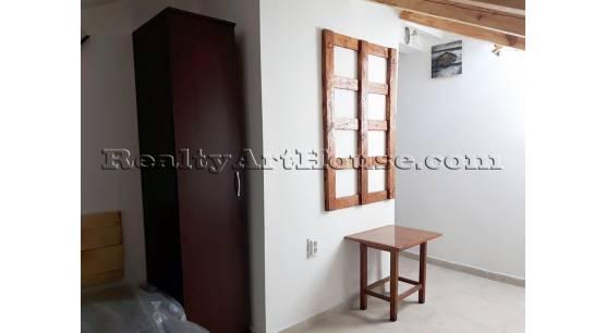 Перфектна стая след основен ремонт с индивидуална баня и тоалетна в реновирана сграда.