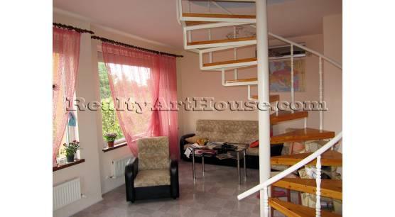 Модерна, енергийно-ефективна, обзаведена къща близо до София.