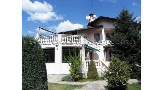 Имение с нова, завършена 3-етажна къща с басейн и двор 1200 кв.м.