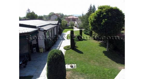 Две къщи с парцел 1200 кв.м. на разстояние 10 км. до София