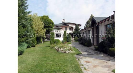 Голям функционален енергоефективен имот от три къщи с басейн и двор 2400 кв.м.