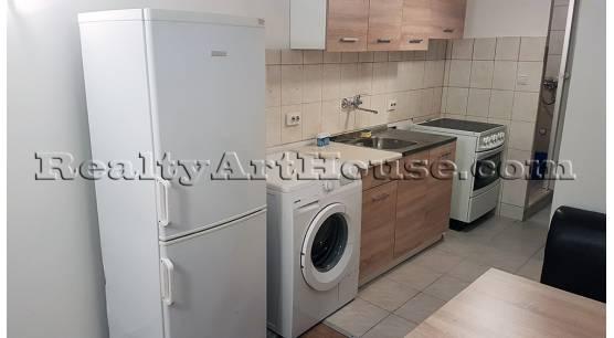 2-стаен апартамент на полу-сутерен етаж в самостоятелна къща с дворю