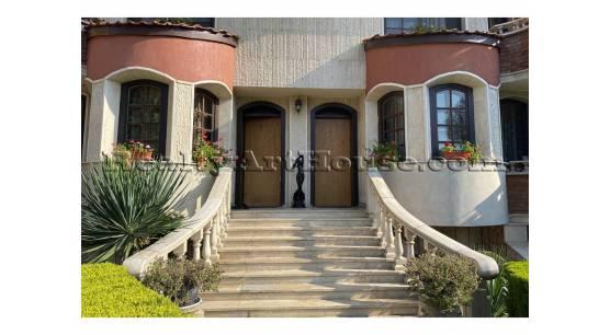 Луксозна нова къща-близнак с много удобна локация.